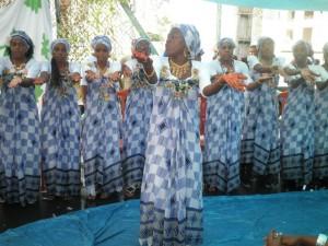 Mahoraises dansant une danse traditionnelle /crédit photo : Mouinate Mahamoud