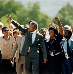 Nelson Mandela et sa femme Winnie le jour de sa libération, le 11 février 1990 (ALEXANDER JOE / FILES / AFP)